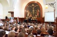 Tanévnyitó ünnepséget tartottak a Podmaniczky-ban – Gáncs Péter beiktatta Darvas Anikó iskolalelkészt